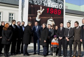 """Relacja z otwarcia wystawy """"Majdan"""" przed Pałacem Prezydenckim"""