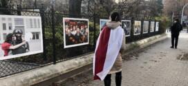 """Zdjęcia białoruskich fotoreporterów na wystawie """"Białoruś przebudzona"""" w Parku Ujazdowskim w Warszawie"""